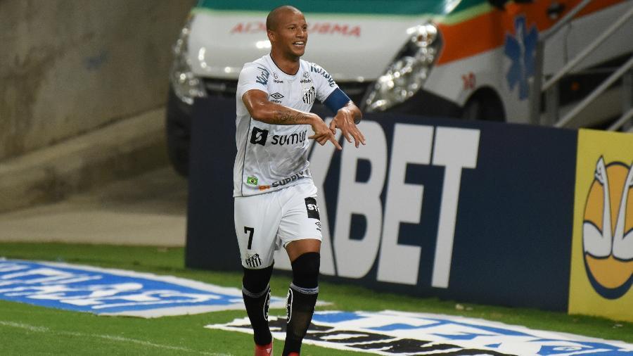 Carlos Sánchez comemora gol do Santos - CAIO ROCHA/FRAMEPHOTO/FRAMEPHOTO/ESTADÃO CONTEÚDO