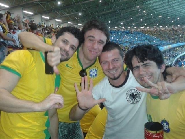 Steffen Rosenbach, alemão que veio ao Brasil para ver a Copa do Mundo, fala com bastante carinho do 7 a 1 e guarda as fotos tiradas com brasileiros bem-humorados como recordação