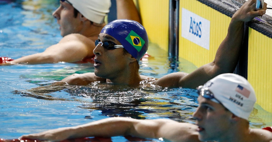 Nicholas Oliveira confere o resultado da bateria eliminatória dos 200m livres