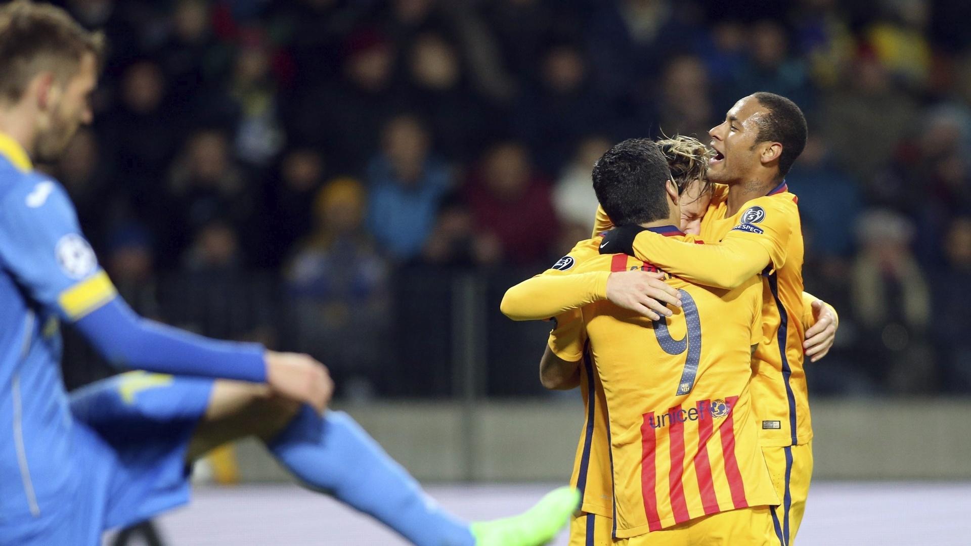 Neymar comemora com Luis Suárez e Rakitic após dar assistência para o gol do croata contra o BATE Borisov pela Liga dos Campeões