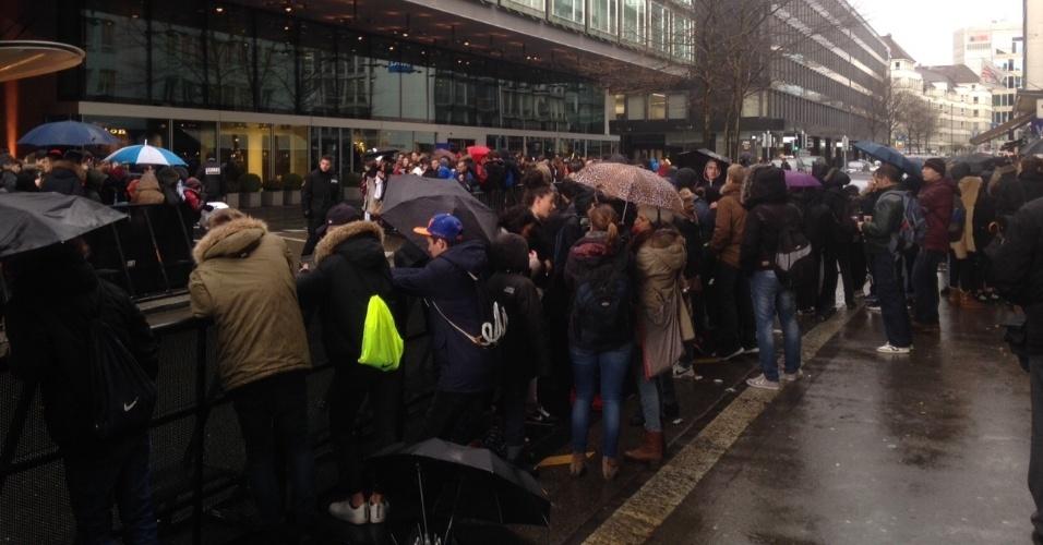 11.jan.2016 - Nem a chuva parece espantar os fãs, que se aglomeram poucas horas antes do início da premiação da Bola de Ouro
