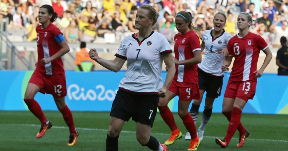A alemã, Melanie Behringer, comemora gol contra a equipe do Canadá
