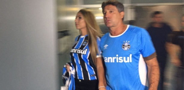 Renato Gaúcho e Carol Portaluppi em chegada do Grêmio na Arena