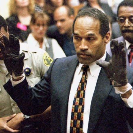 OJ Simpson depõe durante o julgamento de assassinato em que foi réu nos Estados Unidos - Reprodução