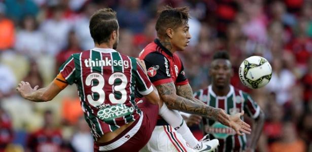 Guerrero e Henrique disputam uma bola no Fla-Flu da decisão do Carioca