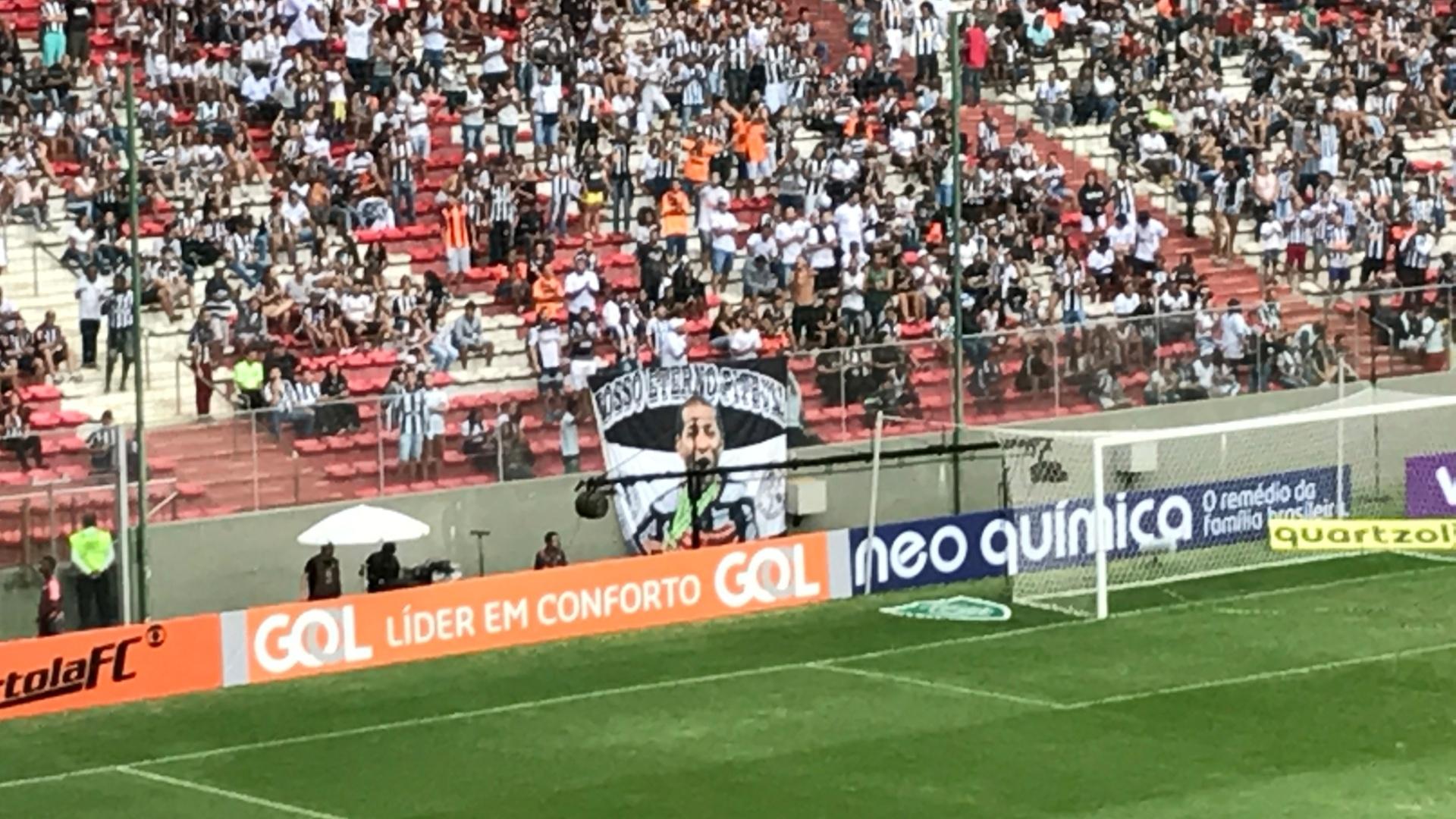 Torcida do Atlético-MG levou bandeira com imagem do volante Pierre, agora no Fluminense