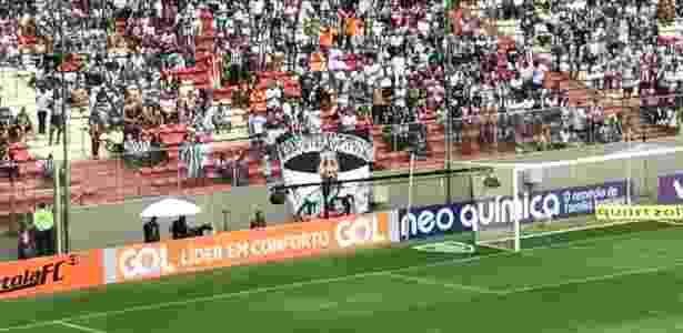 Torcida do Atlético-MG levou bandeira com imagem do volante Pierre, agora no Fluminense - Victor Martins/UOL Esporte - Victor Martins/UOL Esporte