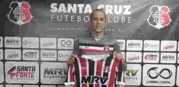 Derley deixou o Arruda no começo do ano para jogar no futebol árabe - Divulgação/Santa Cruz
