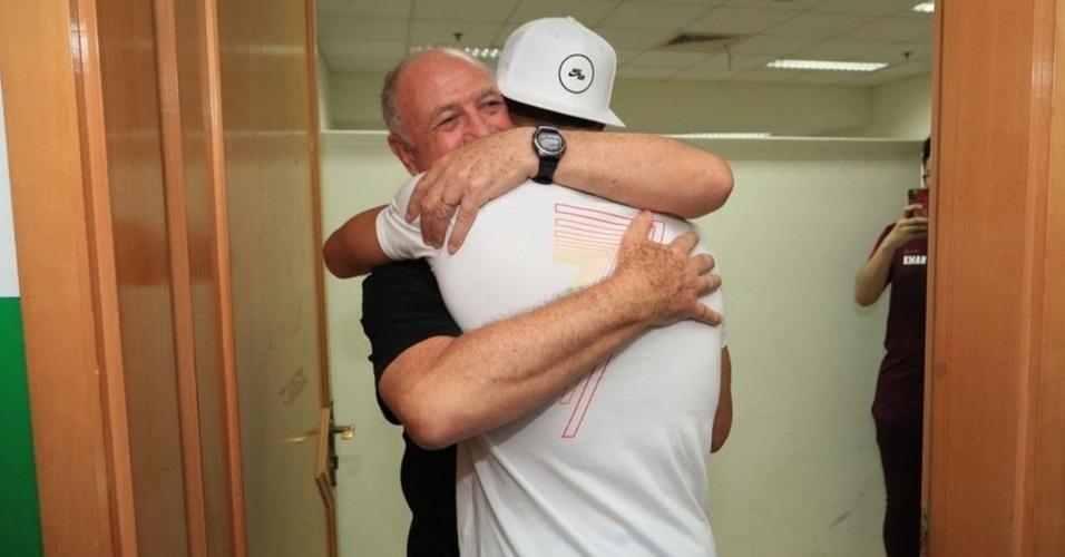 Felipão abraça Cristiano Ronaldo, atleta que treinou durante passagem pela seleção portuguesa