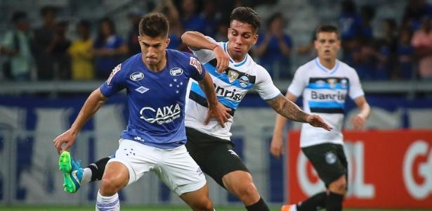 Lucas Silva foge da marcação gremista em jogo da Primeira Liga; volante jogou pouco - Thomás Santos/AGIF
