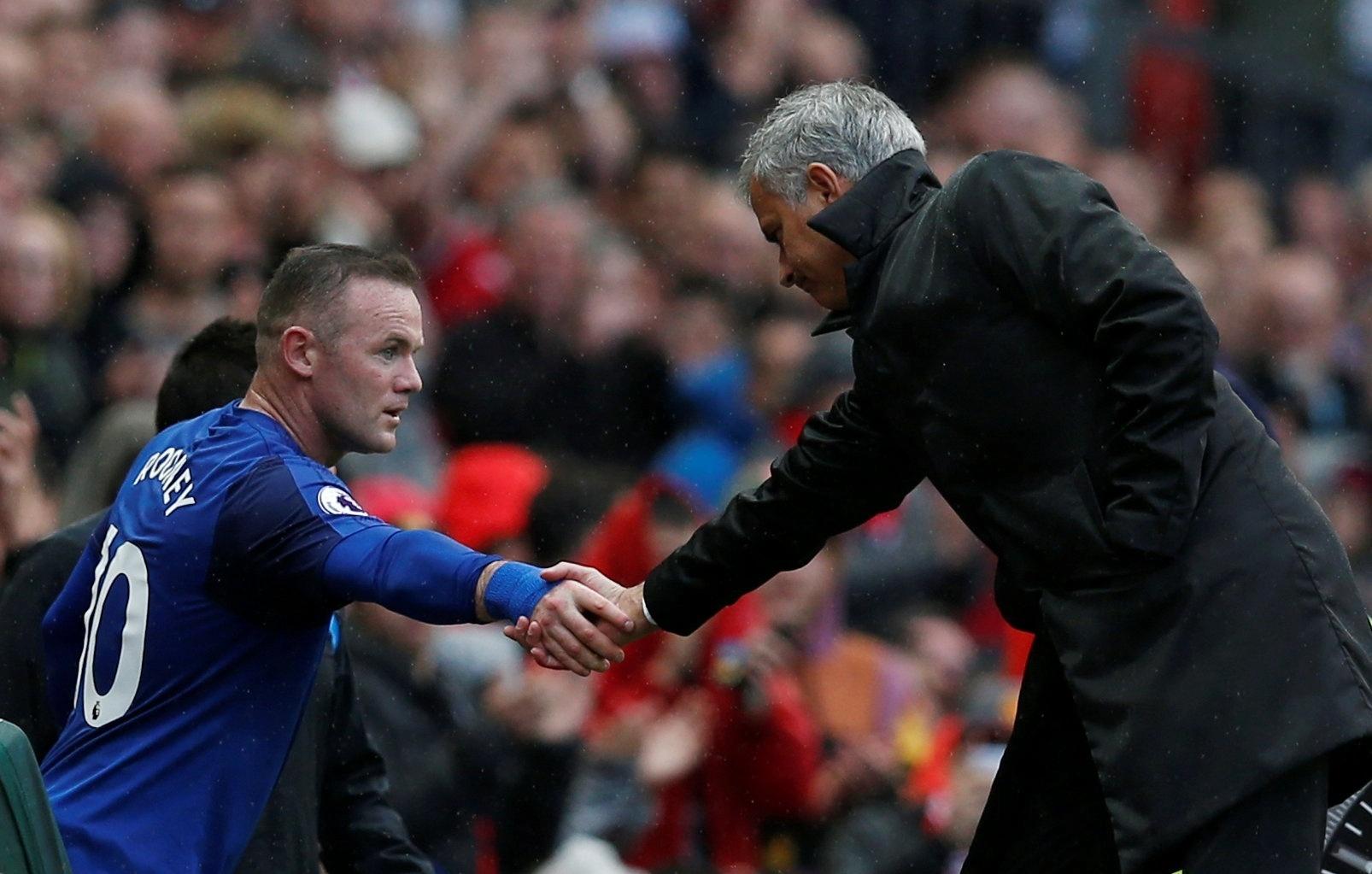 O atacante Rooney cumprimenta o técnico José Mourinho após ser substituído