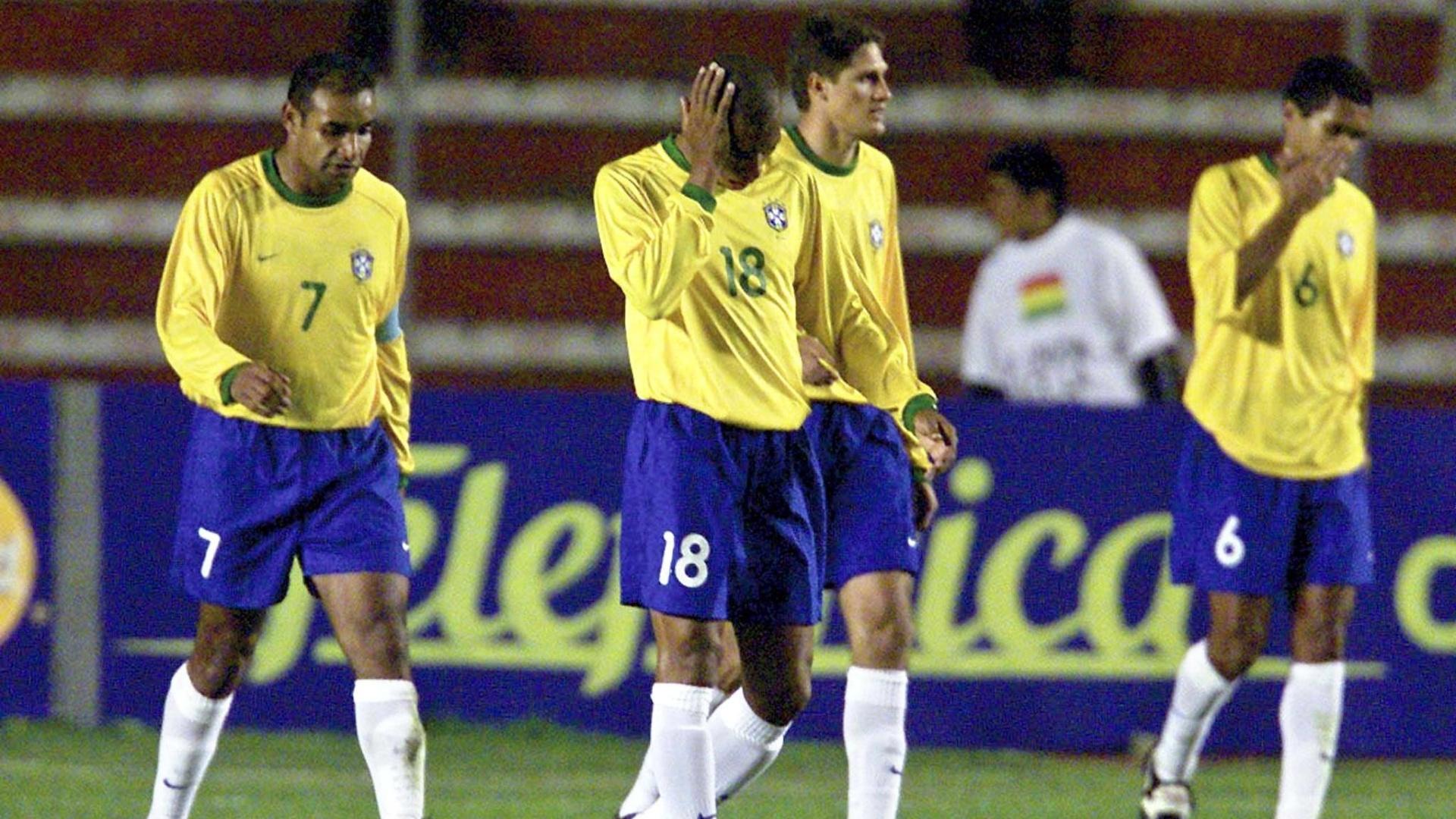 Jogadores da seleção brasileira lamentam gol da Bolívia em jogo válido pelas Eliminatórias para a Copa de 2002