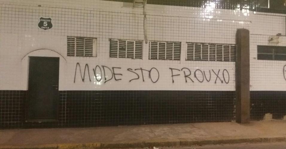 Muro da Vila é pichado por torcedores do Santos