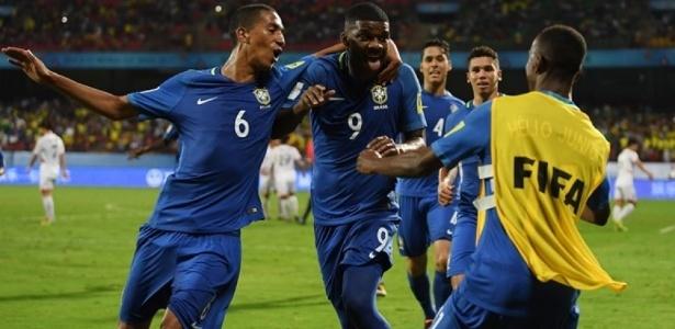 Linconl (ao centro) comemora gol pela seleção brasileira sub-17