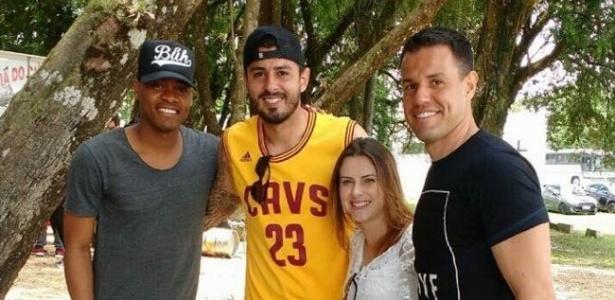Da esq. p/ dir.: Marcio, William Menezes e Wilson abraçam funcionária em festa de fim de ano no Coxa