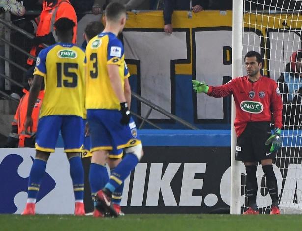 Daniel Alves vai para o gol na partida entre Sochaux e PSG, pela Copa da França