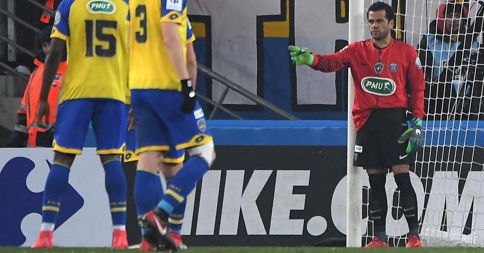 Daniel Alves vira goleiro após expulsão de Trapp no jogo entre Sochaux e PSG