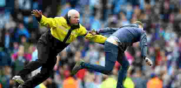 Torcedor do Manchester City fura bloqueio de segurança para comemorar título inglês dentro de campo - Clive Brunskill/Getty Images - Clive Brunskill/Getty Images