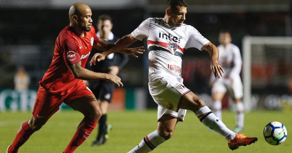 Diego Souza tenta fugir da marcação durante São Paulo x Internacional