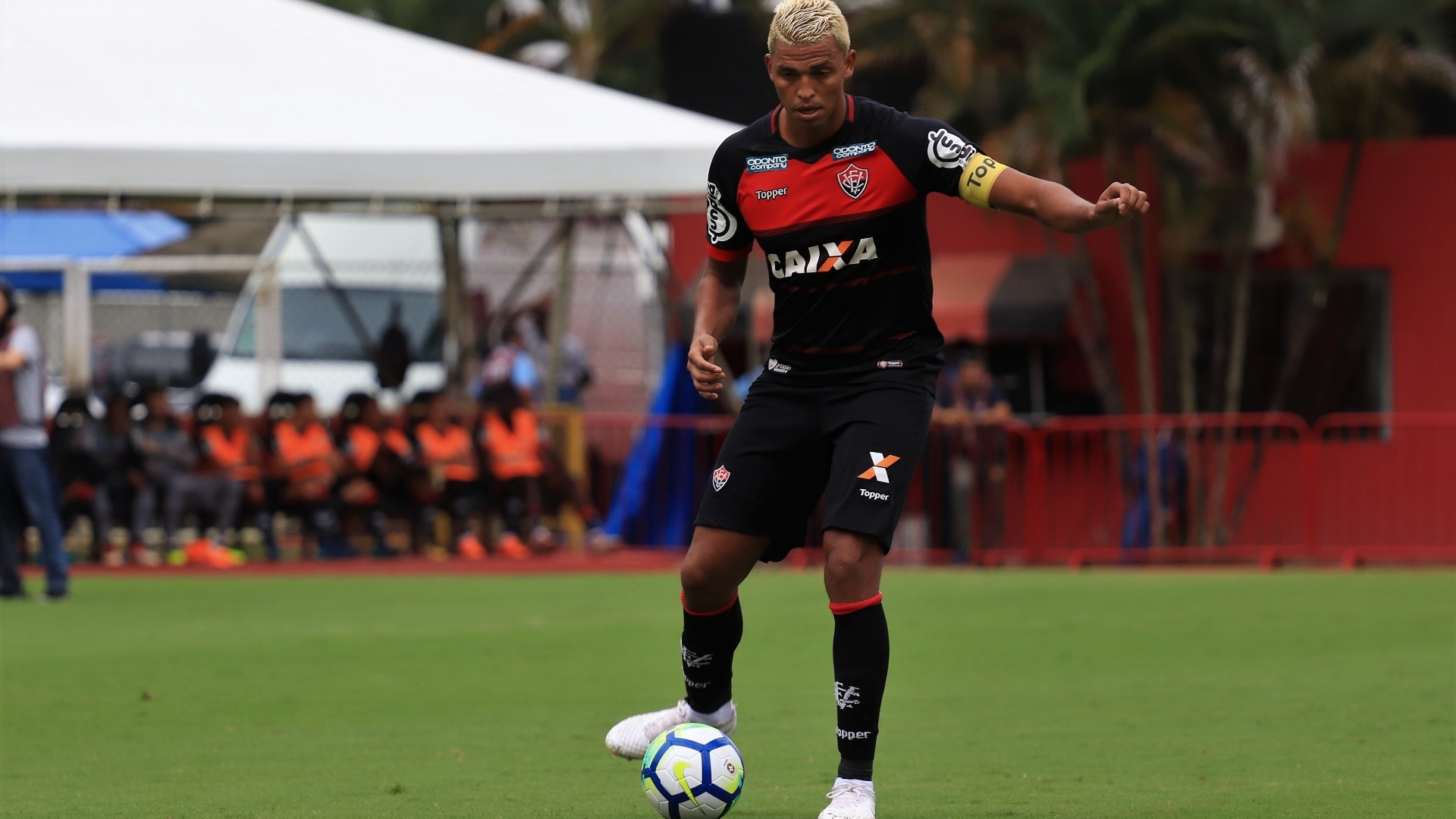 Aderllan, zagueiro do Vitória, em ação na partida contra o Palmeiras