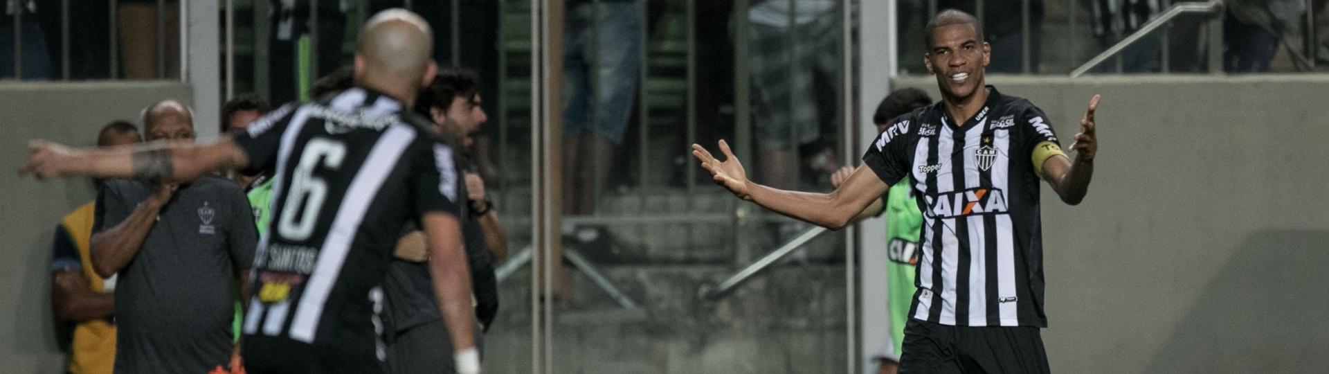 Leonardo Silva, zagueiro do Atlético-MG, comemora gol contra o Atlético-PR