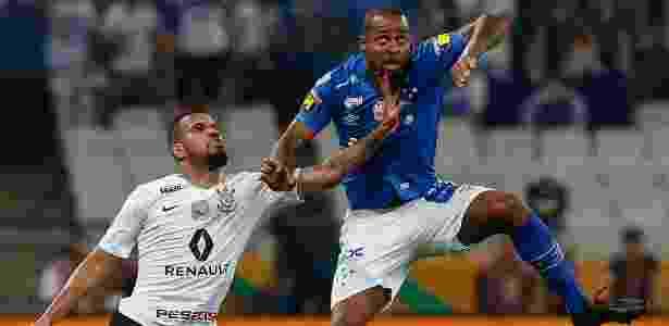 Dedé disputa pelo alto durante final entre Corinthians e Cruzeiro - Marcello Zambrana/AGIF