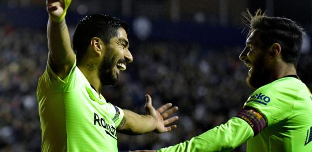 Messi e Suárez celebram gol contra o Levante pelo Espanhol - JOSE JORDAN/AFP