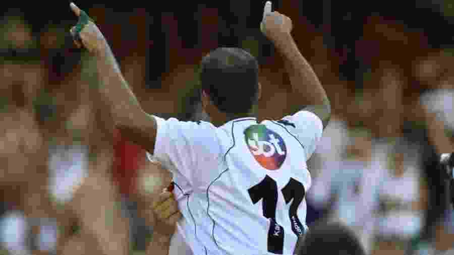 Romário, principal estrela do time campeão nacional em 2000, saúda a torcida com o logotipo do SBT às costas - Antônio Gaudério/Folhapress