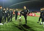 Coreia do Sul perde troféu de torneio sub-18 após jogador pisar nele - STR/AFP