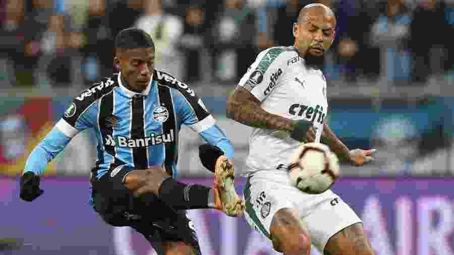 Felipe Melo e Jean Pyerre disputam lance em jogo Grêmio x Palmeiras - Cesar Greco/Ag. Palmeiras/Divulgação