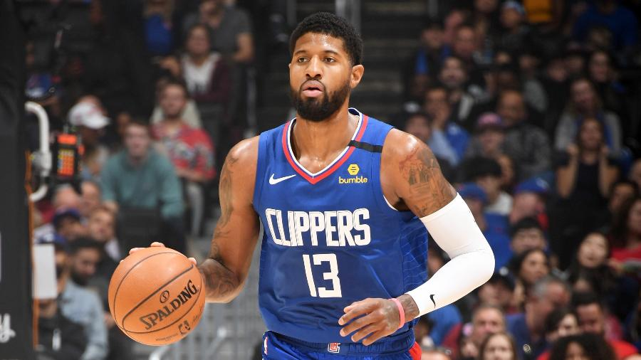 Paul George durante jogo entre Los Angeles Clippers e New York Knicks - Andrew D. Bernstein/NBAE via Getty Images