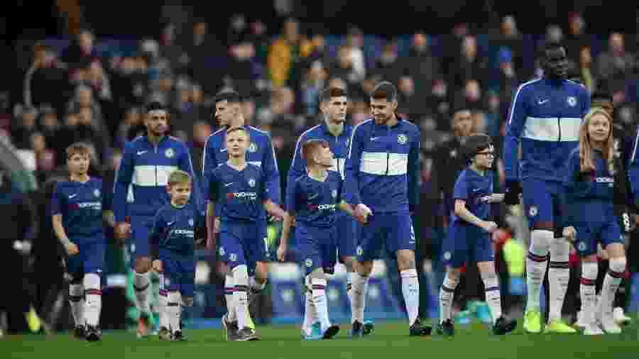 Mascotes do Chelsea entram em campo de mãos dadas com os jogadores - REUTERS/David Klein