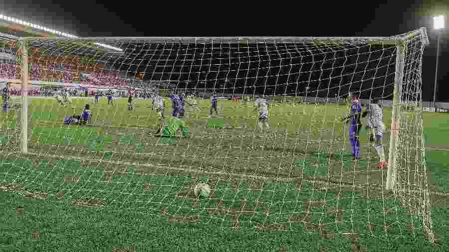 Lance do gol marcado pelo Cruzeiro no duelo com o São Raiumundo, de Roraima - Robert miller/Futura Press