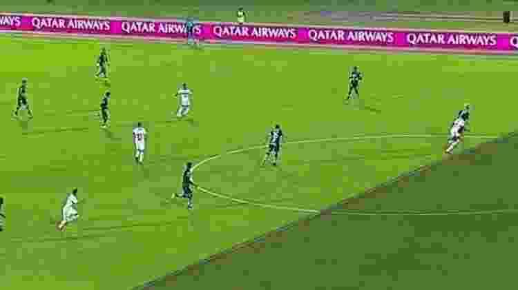 Projeção do VAR em lance do gol anulado de Bruno Henrique, ontem, na Recopa Sul-Americana - Reprodução