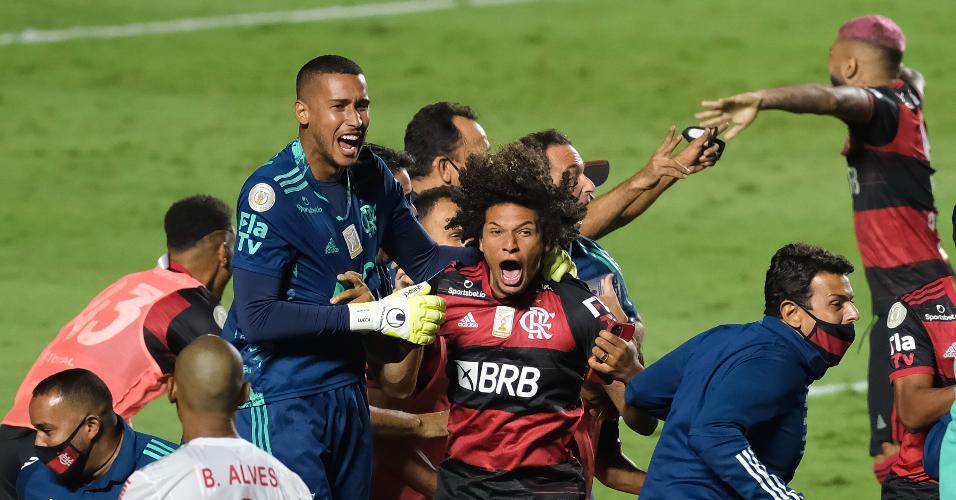 Jogadores do Fla comemorando logo após apito final no jogo do Inter
