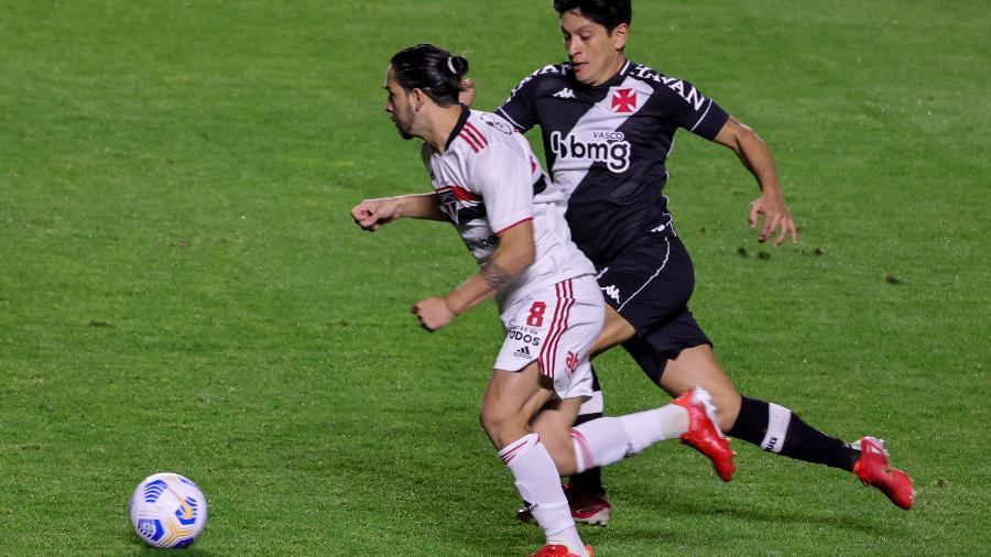 Benítez e Cano disputam a bola durante jogo entre São Paulo e Vasco - Marcello Zambrana/AGIF