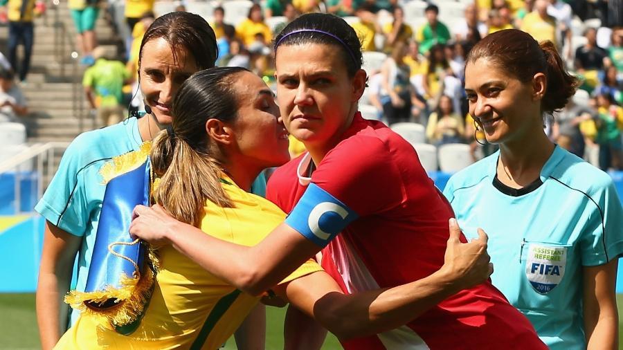 Marta e Sinclair antes da disputa de bronze das Olimpíadas de 2016 entre Brasil e Canadá; as estrangeiras venceram por 2 a 1 - Robert Cianflone - FIFA/FIFA via Getty Images