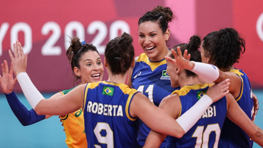 Jogadoras do Brasil comemoram ponto contra a Sérvia, em duelo no vôlei feminino nos Jogos Olímpicos de Tóquio - Wander Roberto/COB