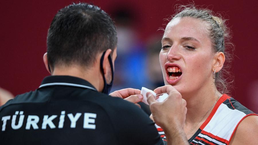 Cansu Ozbay, da Turquia, é atendida após trombada durante jogo contra a Rússia nas Olimpíadas de Tóquio - Yuri Cortez/AFP