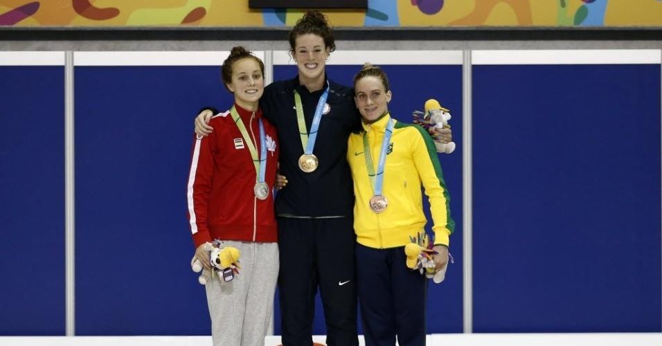 Manuella Lyrio, do Brasil, com medalha de bronze no pódio da natação