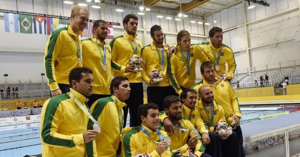 Seleção brasileira de polo aquático posa com medalha de prata do Pan de Toronto