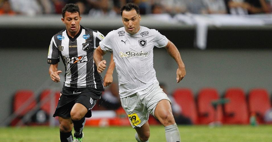20.nov.2015 - Daniel Carvalho conduz bola pelo Botafogo durante duelo com ABC