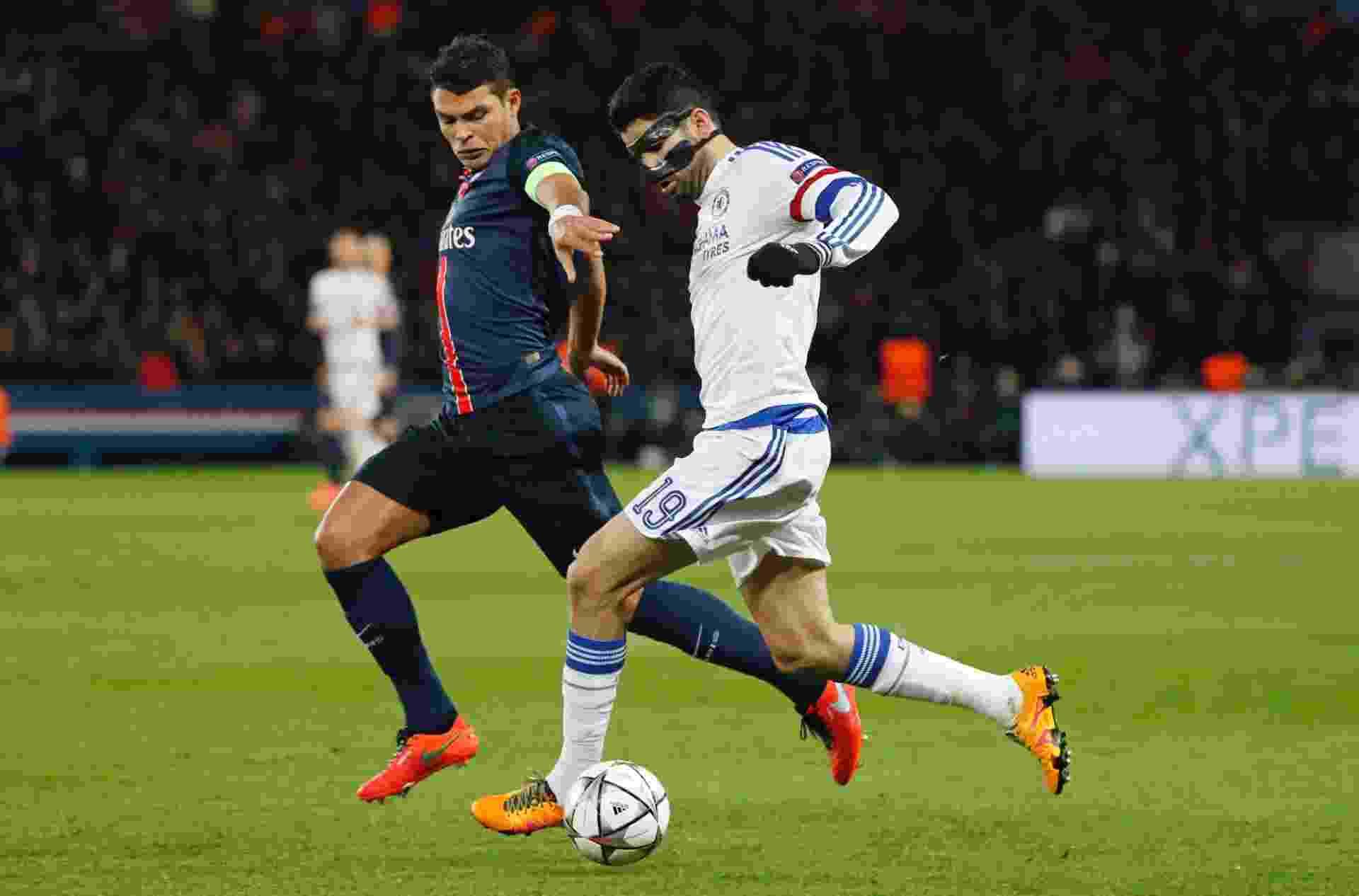 Thiago Silva tenta ficar com a bola durante o jogo do PSG contra o Chelsea na Liga dos Campeões - Reuters / Benoit Tessier Livepic