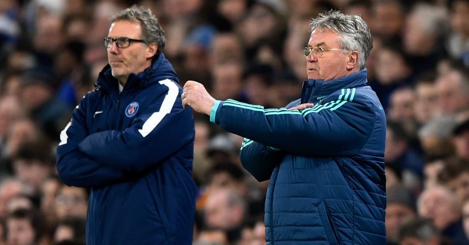Técnicos Laurent Blanc e Guus Hiddink orientam suas equipes em Chelsea x PSG