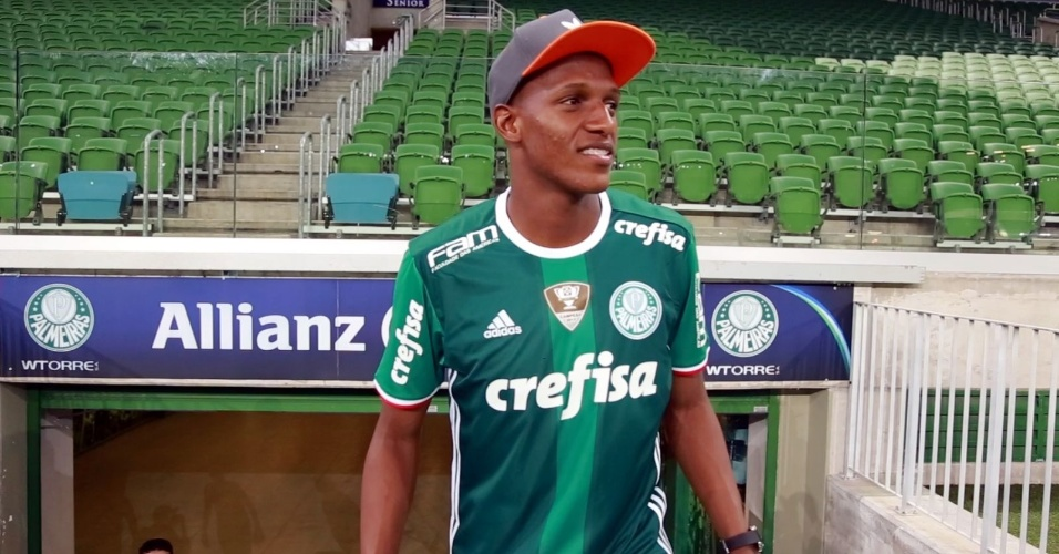 Yerry Mina, novo contratado do Palmeiras, visita o Allianz Parque