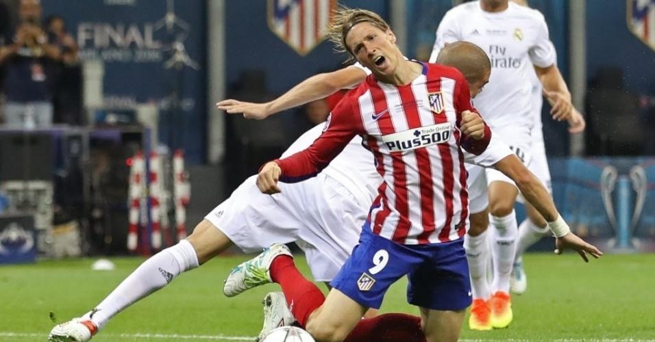Pepe, zagueiro do Real Madrid, faz pênalti em Fernando Torres, atacante do Atlético de Madri