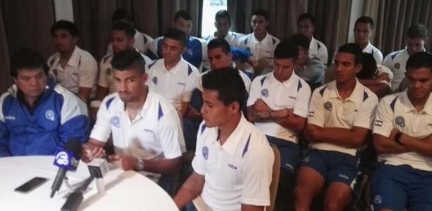 Jogadores da seleção de El Salvador informam à imprensa o recebimento de oferta