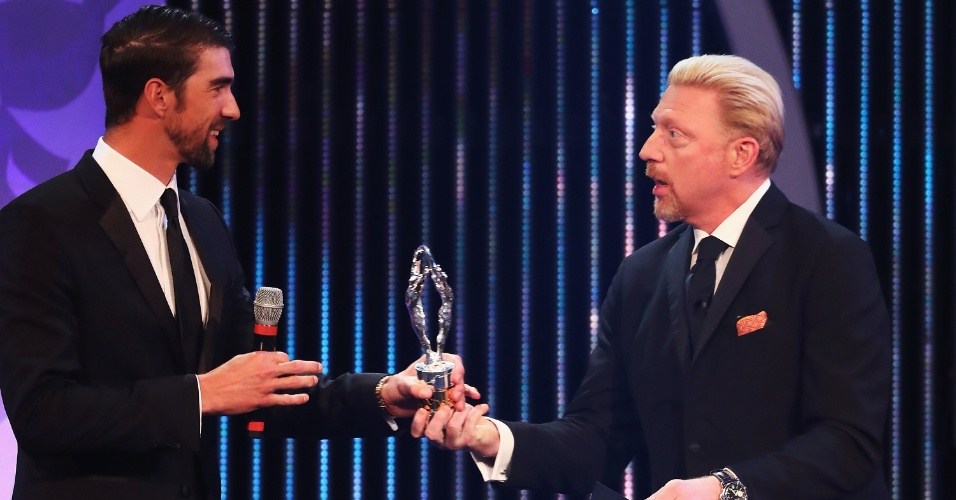 Michael Phelps recebe das mãos de Boris Becker o prêmio de
