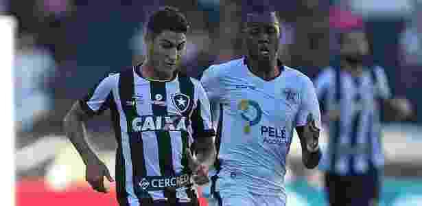 Marcinho (esq) antes de se lesionar e deixar o gramado na partida contra o Resende - Vitor Silva/SSPress/Botafogo.