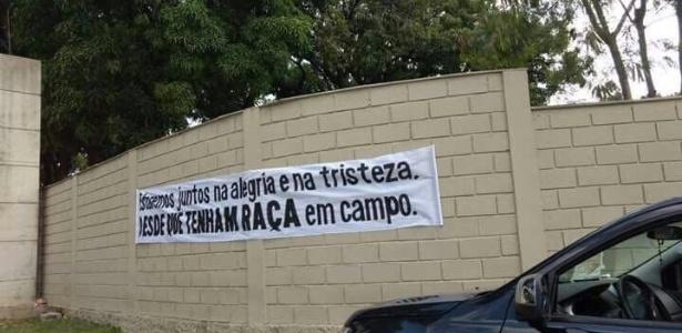 Alguns torcedores do Atlético-MG levaram faixas para a porta da Cidade do Galo